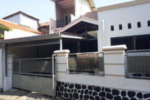 Rumah Second Dijual Dengan Tanah yang Luas Harga Bersahabat di Kalisari Jaktim