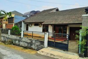 Rumah komplek di Jl. Margasatwa, dekat exit Tol Andara, Jakarta Selatan